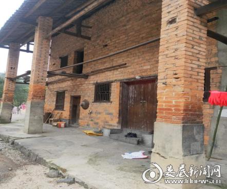 """5贫困户以前的房子是这样的,""""有的房子都开裂了,门窗都是坏的"""",交通局驻竹山村扶贫工作队队员段睿说道。"""