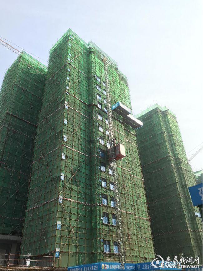 (5月2日,随着1号栋闷顶层混凝土浇筑完成,娄星区高溪社区城中村改造项目一期迎来了首栋楼封顶)