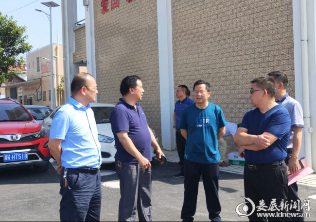 图为曾令斌(前排左三)率队在科头乡中心学校校本部调研