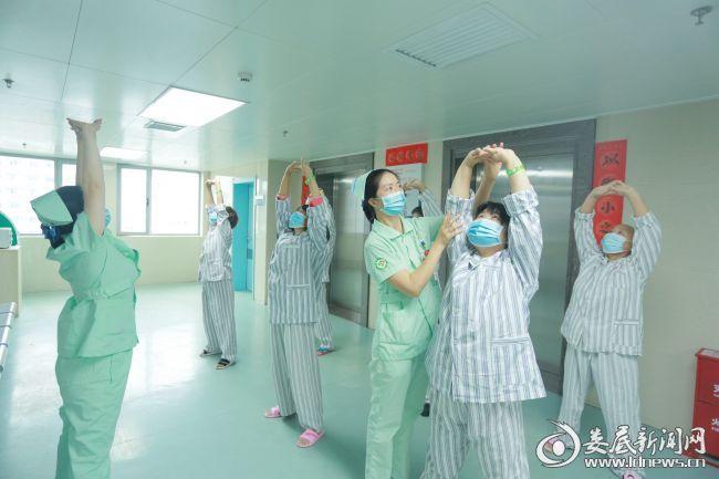 护士们在病房教患者练习太极拳(二)