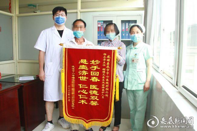 恢复良好的刘阿姨第三次到该院肝胆外科复查,向医护人员赠送锦旗