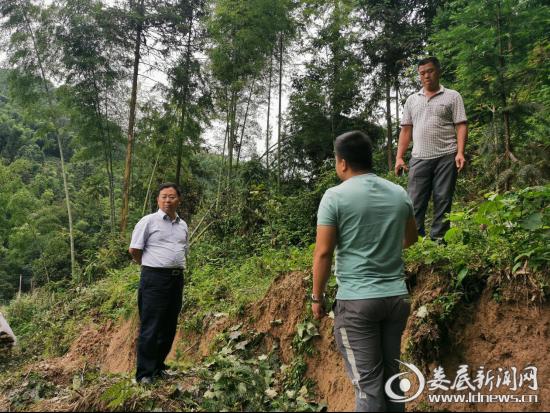 6月23日,新化县人大常委会主任、脱贫攻坚水车战区指挥长姜世星到水车镇调度脱贫攻坚工作,水车战区指挥部成员、各村指挥所负责人参加。
