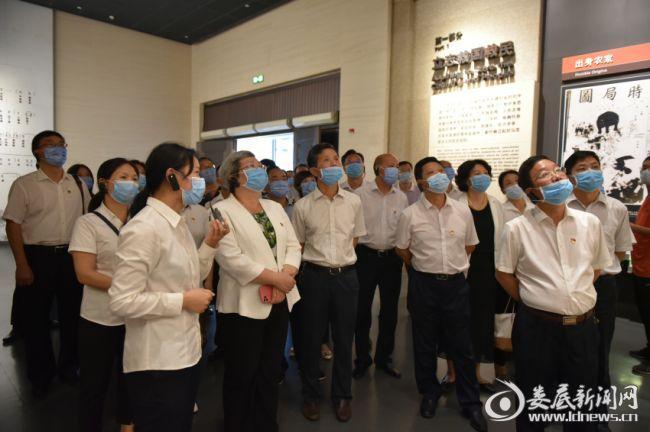 (石艳萍带领全体党员在毛泽东同志纪念馆参加现场教学)