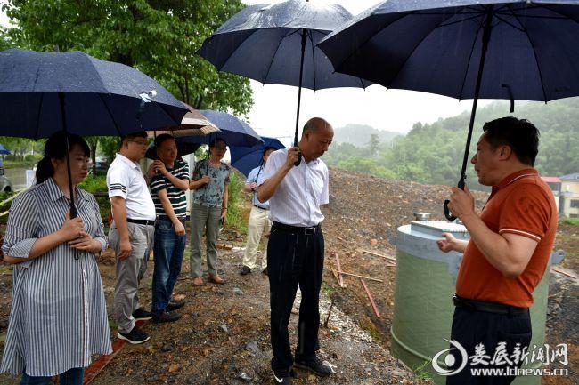 1陈明华查看万宝新区江溪河生活污水提升泵站建设情况
