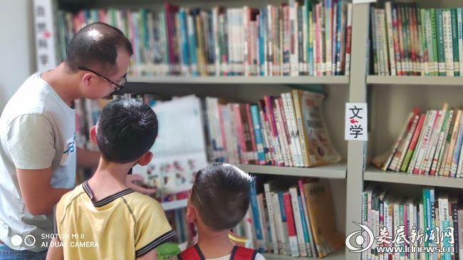 图书馆内看书的孩子们