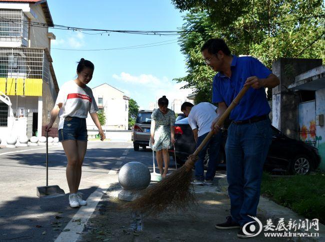3、市人大机关干部在神童湾社区进行卫生大扫除