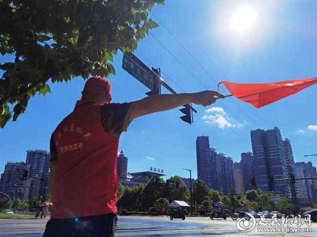 4、市人大机关党员志愿者顶着烈日进行交通文明劝导