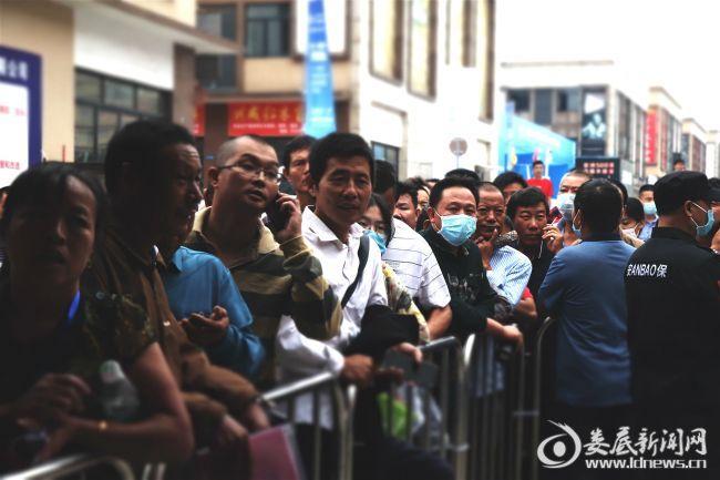 """(9月15日上午,市民一大早便来""""湘博会""""现场排队购机)"""