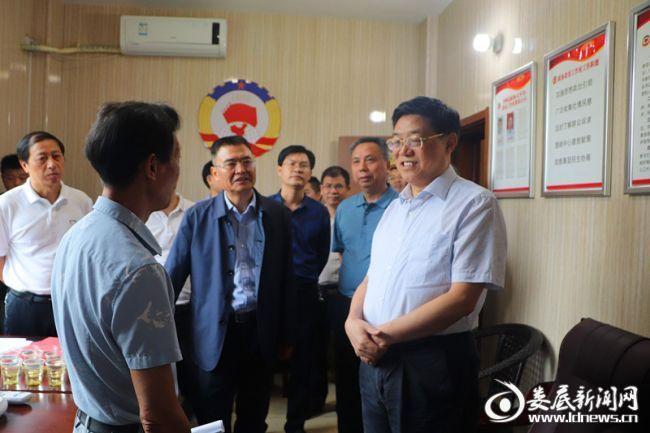 (在娄期间,贺安杰一行还前往双峰县洪山殿镇调研委员工作室建设,参观市政协文史资料室。)