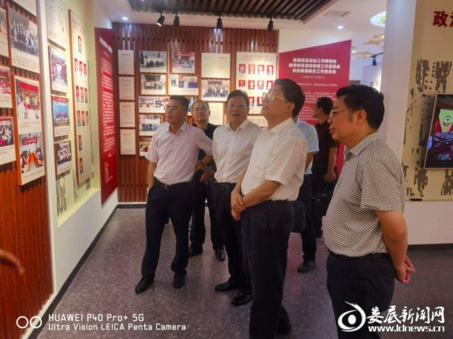 (2在娄期间,贺安杰一行还前往双峰县洪山殿镇调研委员工作室建设,参观市政协文史资料室。)