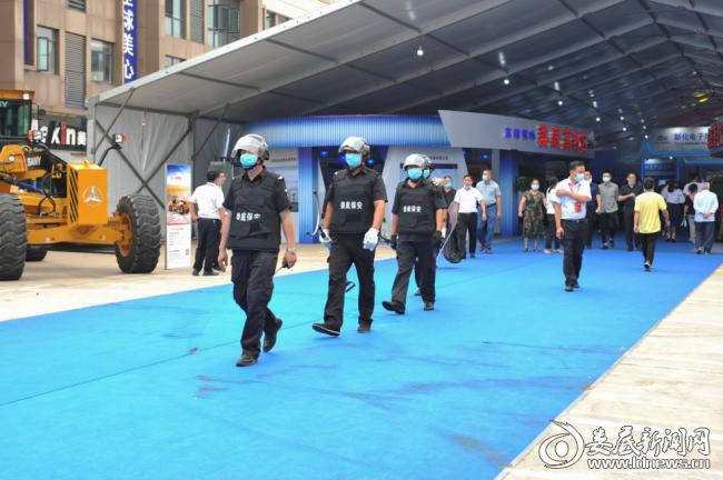 (巡逻保安负责场内和场外的防火、防盗、防破坏安全巡查)