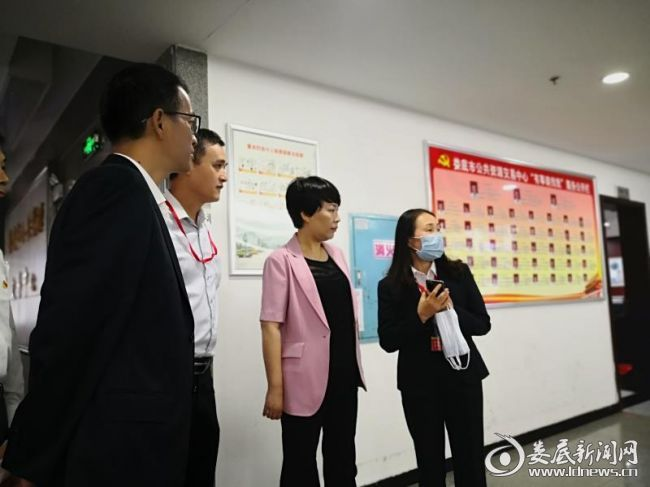 (会前,市委常委、常务副市长张希慧(右二)在市公共资源交易中心现场调研。)