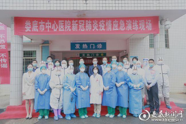 参与演练的医务人员和医院领导合影留念