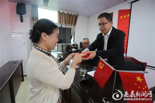 党委书记吴小阶将首批20000元助学金交至村支书欧阳喜的手中