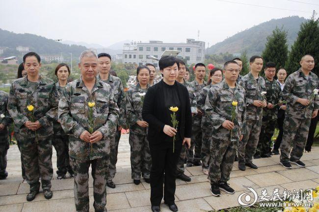 (伴随着朝阳,全体人员来到烈士纪念碑前,神情庄重,严肃认真)