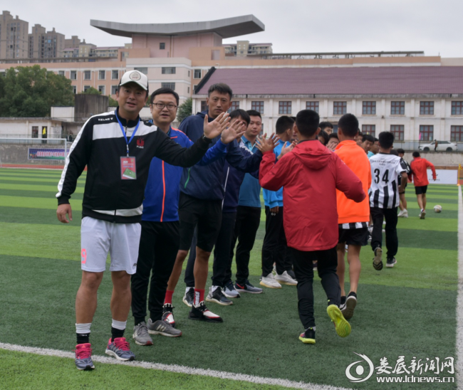 (2小球员们和专家组成员、教练员相互击掌相庆,祝愿在接下来的赛事中表现优异)