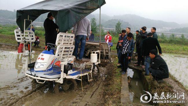 涟源市职教中心组织的新型农民培育实践课堂