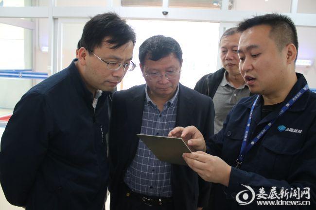 (调研组在湖南五江高科技电路板用高分辨率感光干膜项目查看生产成品)