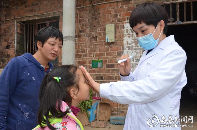 医护人员为低视力家属检查眼部情况