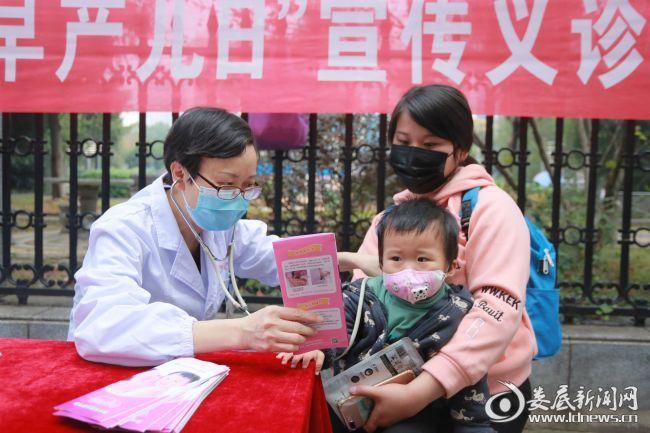 王淑莲主任为孩子检查身体