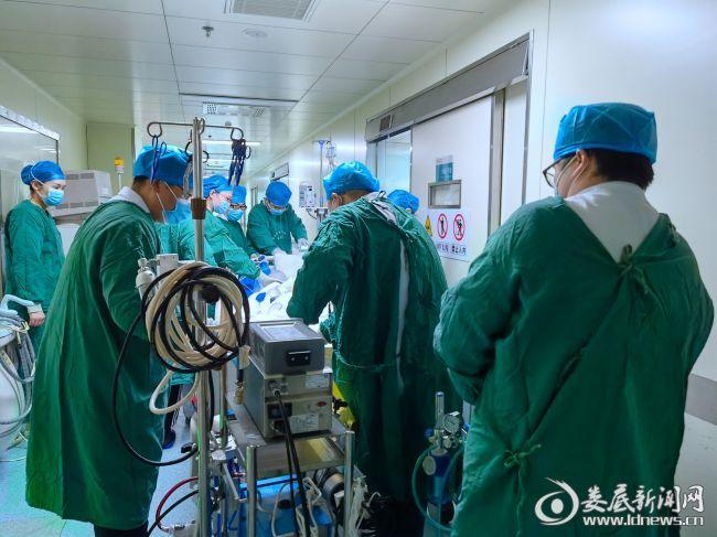 英英在十多名医护人员的护送下进入手术室