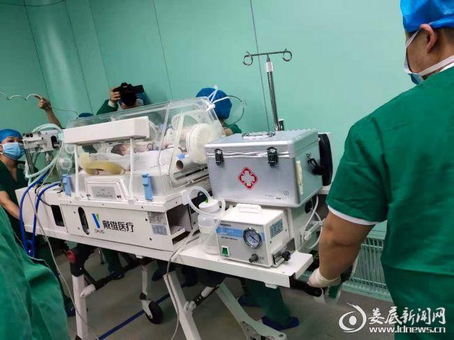 """宝宝在""""可移动ICU""""新生儿转运床的护送下转送新生儿科"""