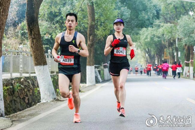 (娄底代表队王勇连(右一)在进行经典跑项目的比赛)