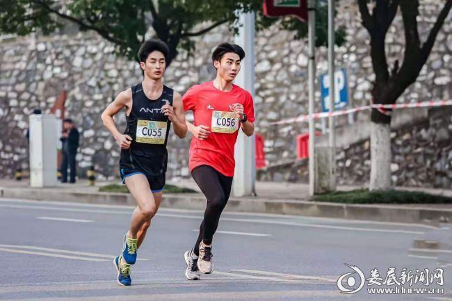(娄底代表队梁晶(左一)在进行健康跑项目的比赛)