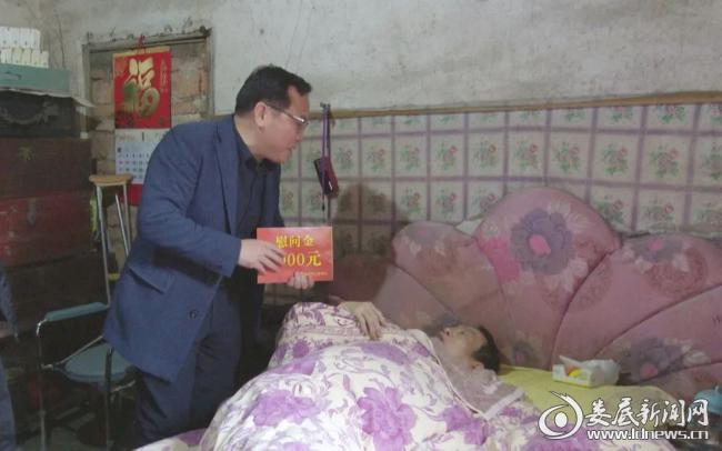 (邓燕飞为辜新桂送去慰问金)