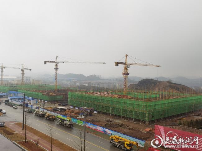 (图为高速推进主体建设的娄星工业集中区科技创业园项目)