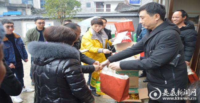 (交易中心党组成员、副主任刘鹏向帮扶群众发放慰问物资)