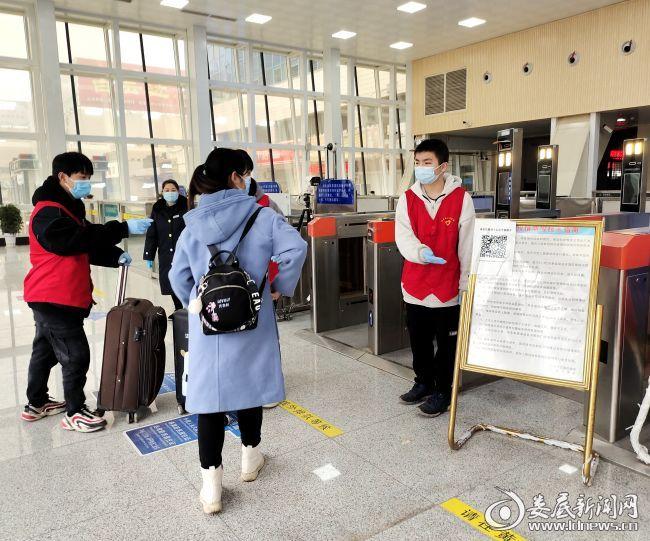 志愿者引导乘客扫描获取健康码