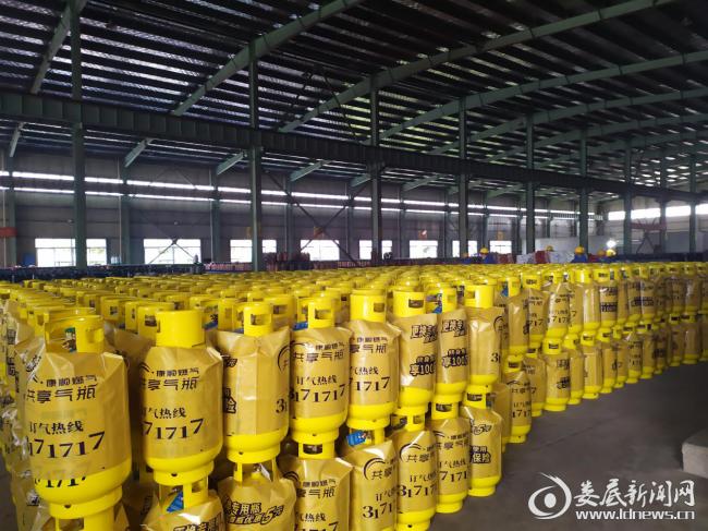 (在湖南富佳钢瓶制造有限公司,134名员工已到岗到位,生产进有条不紊进行。)