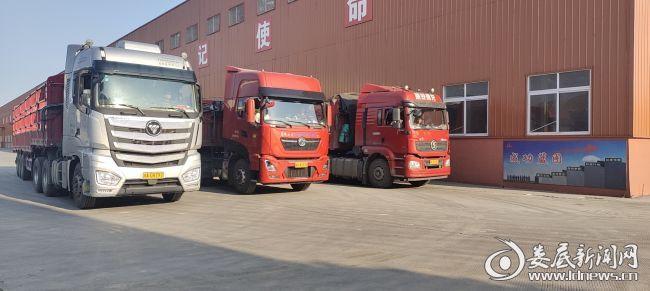 (2月18日,在湖南利钢金属制品有限公司,厂房外等着拉货的货车已经排成长龙,车间内已是一派热火朝天的生产景象。)