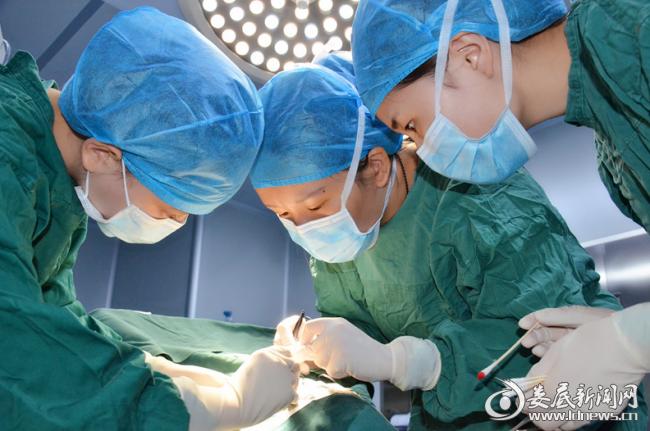 唐玖鸿为患者手术治疗