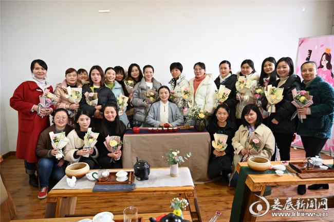 """(3月7日,娄星工业集中区在花溪谷文化园组织开展""""茶香琴韵,最美女神""""茶艺活动。)"""