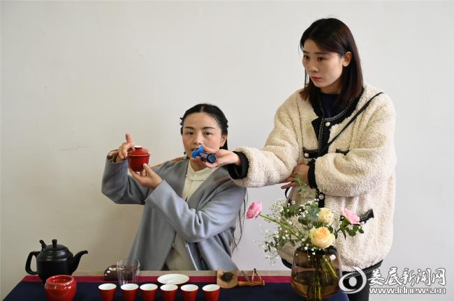 (活动邀请了专业茶艺老师,从茶叶的基本知识、分类以及鉴别等方面做了介绍,讲解了茶具的使用、茶叶的冲泡及茶桌上的礼仪。)