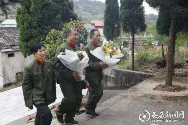 烈士墓前,参战老兵和莘莘学子庄严肃穆,简朴庄重。大家肃立默哀,敬送鲜花,深切缅怀为了中国人民的解放和建设事业牺牲的英烈。