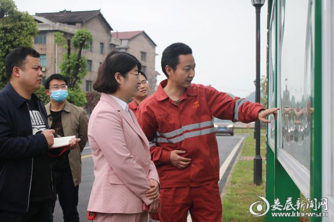 (4月19日,娄底市双峰县副县长刘燕率队到娄星工业集中区考察交流。这是在娄星工业集中区污水处理厂听取相关负责人介绍水厂请情况)