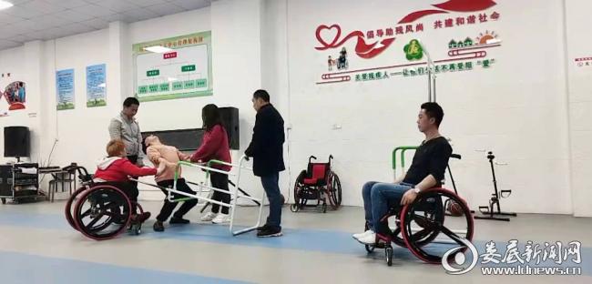 (涟源市阳光家园残疾人托养服务中心排练舞蹈剧《战地医院》)