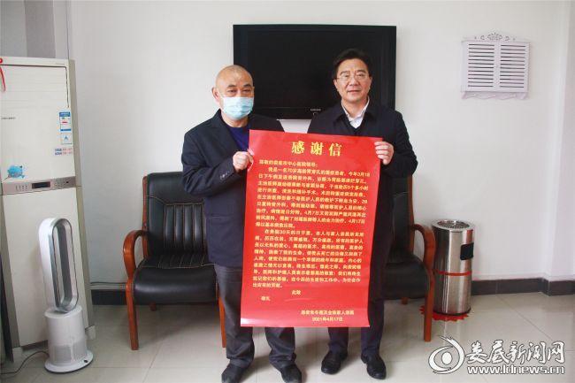 朱老将感谢信送到市中心医院院长李红辉手上