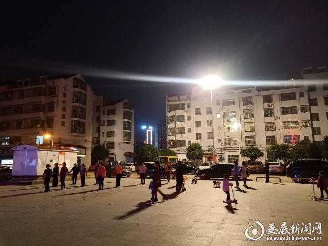 灯光照明下的早元小区文体广场