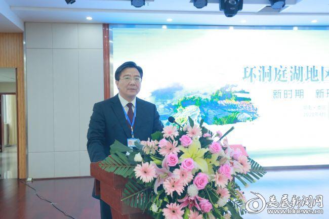 院长李红辉主持会议