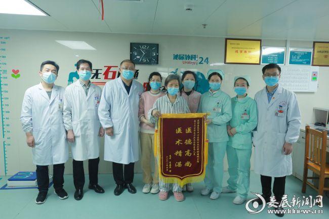 出院前,李阿姨及家人与24病室医务人员合影留念
