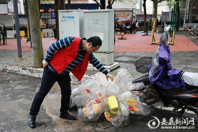 """(4月27日,娄星工业集中区积极开展""""学党史 办实事"""" 实践活动。这是志愿者在清理路面垃圾)"""