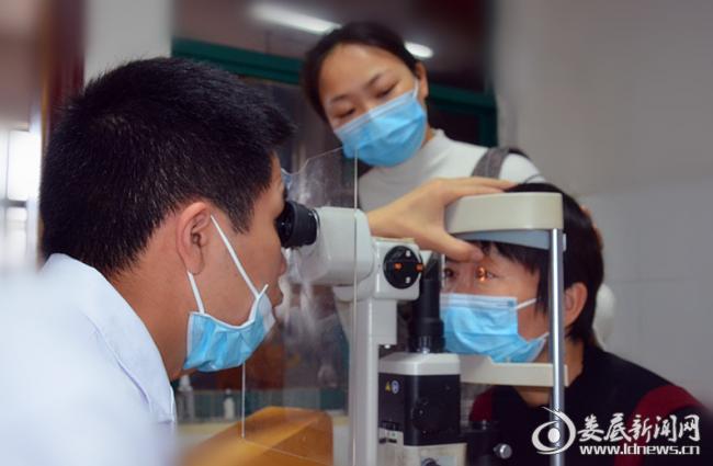▲娄底爱尔眼科医院员工刘珏雯的母亲术后检查
