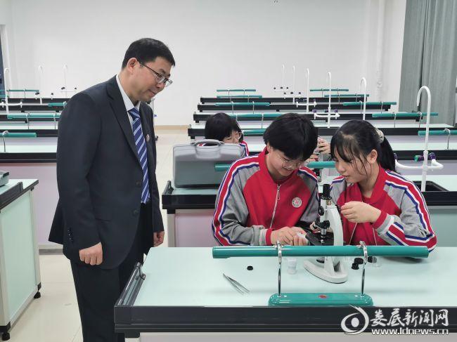 4(老师在实验室指导学生做实验)