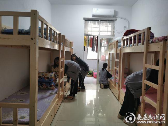 3(学生在寝室整理内务)