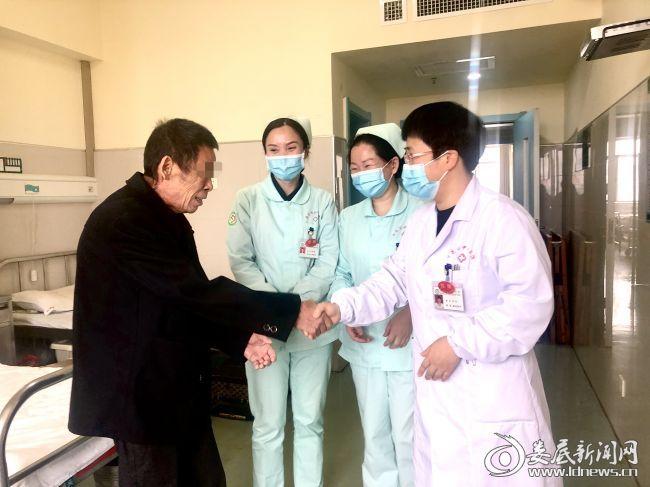 出院当天,彭大哥对医护人员表示感谢
