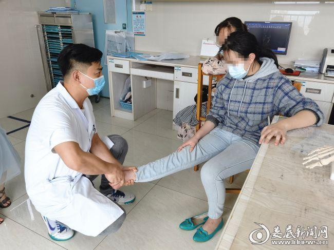 医生为小颖检查足踝恢复情况_副本